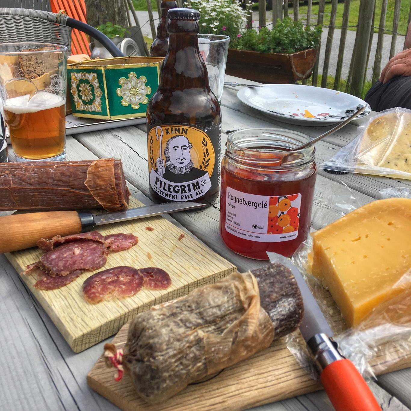 Pølse frå Reksta // ost frå Ostegården // øl frå Kinn