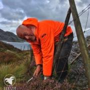 Lars Erik i aksjon med å reparere gjerde.